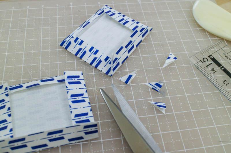 和綴じ豆本:表紙の角を切る