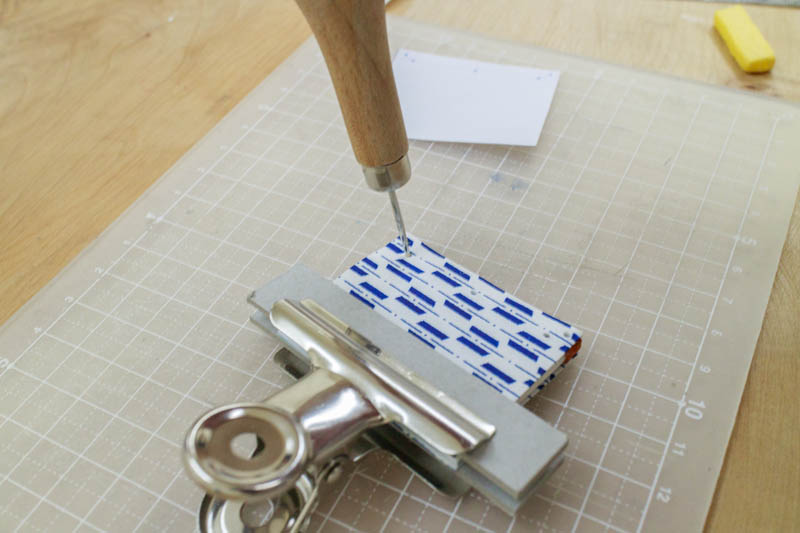 和綴じ豆本:表紙に糸綴じ用の穴を開ける