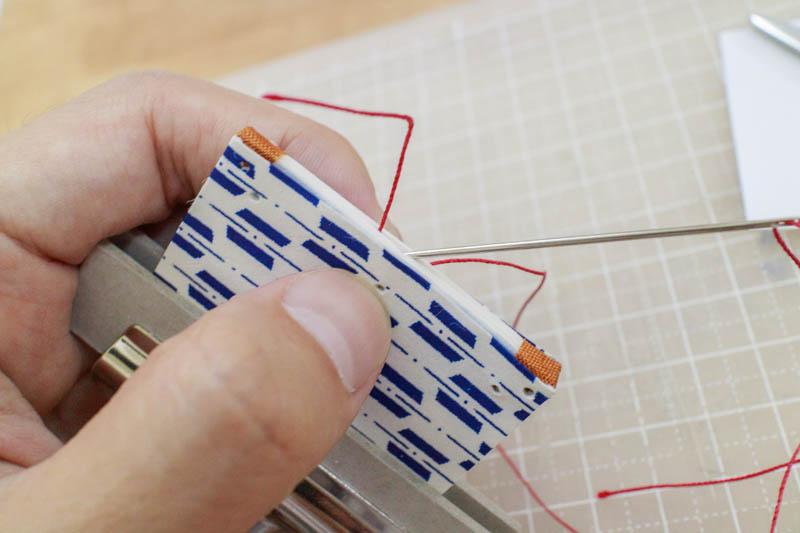 和綴じ豆本:糸で綴じる1