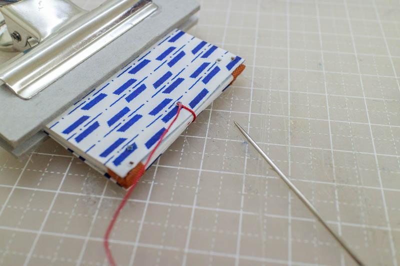 和綴じ豆本:糸で綴じる2