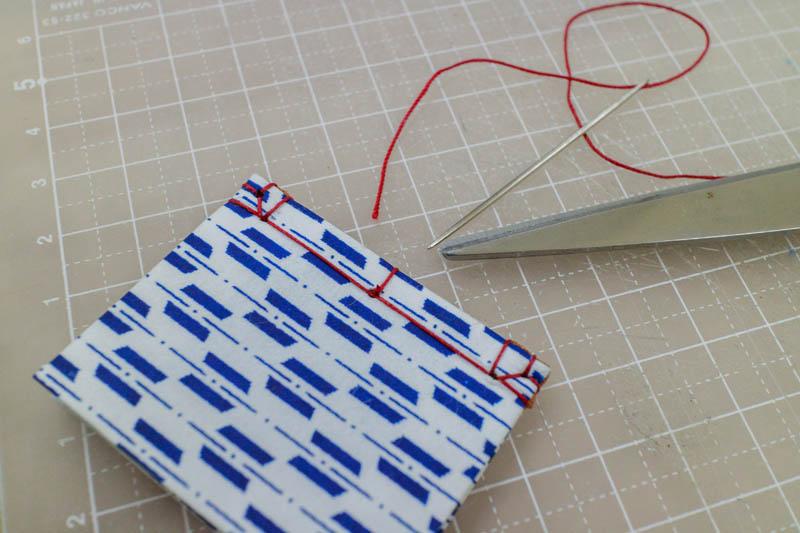 和綴じ豆本:糸で綴じる3