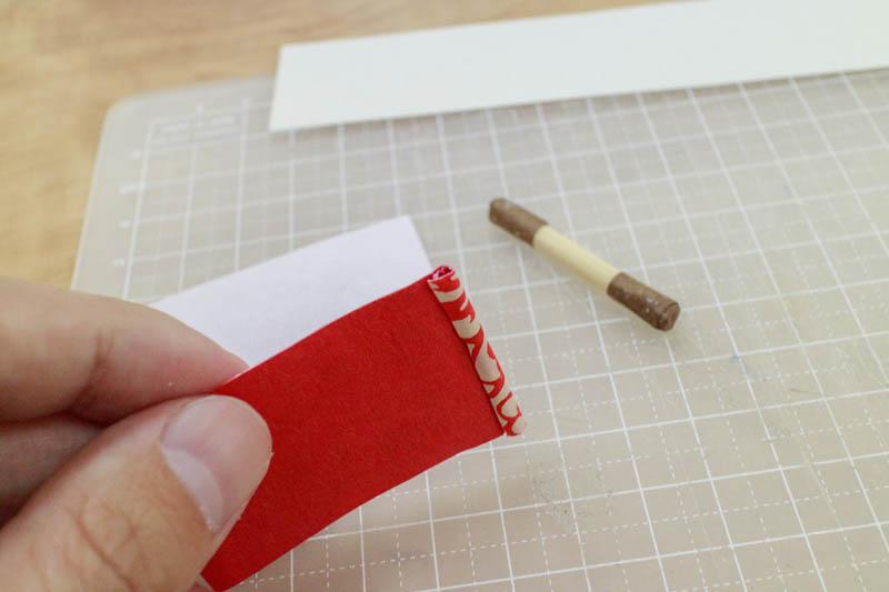 豆巻物:表紙の端で竹ひごをくるむ