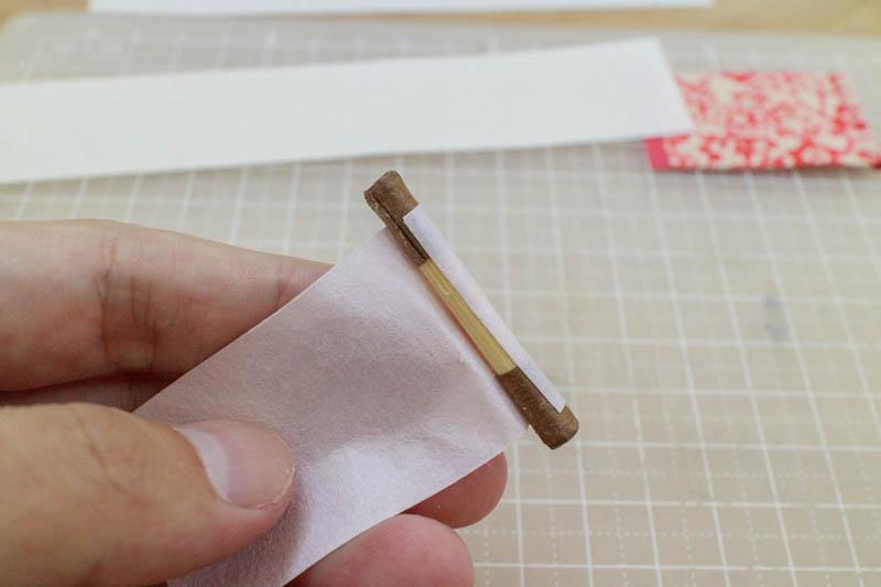 豆巻物:軸に尾紙を巻きつける