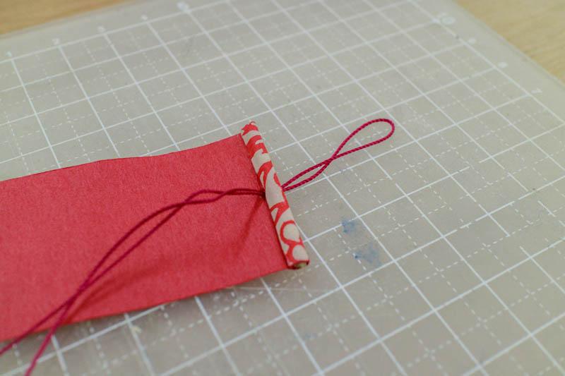 豆巻物:表紙の端に糸を通す