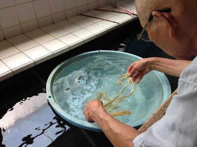 楮の繊維の元を洗う